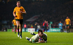 Elliot Daly of England scores a try - Mandatory by-line: Robbie Stephenson/JMP - 18/11/2017 - RUGBY - Twickenham Stadium - London, England - England v Australia - Old Mutual Wealth Series