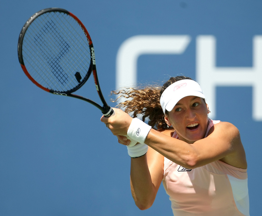 Shahar Peer of Israel hits a backhand return to Anna Chakvetadze of Russia during their quarterfinals round match on the tenth day of the 2007 US Open tennis tournament in Flushing Meadows, New York, USA, 05 September 2007.