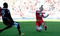 Fotball<br /> 26. Mai 2013<br /> Tippeligaen<br /> Brann stadion<br /> Brann -Sarpsborg<br /> Duwayne Kerr (L) , Sarpsborg08 klarer ikke stoppe<br /> Martin Pusic (R) , Brann i å sette ballen i mål<br /> Foto Astrid M. Nordhaug