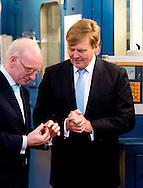 UTRECHT - Koning Willem-Alexander toont de 2 euromunt tijdens de ceremoniele muntslag van de nieuwe Nederlandse euromunten bij de Koninklijke Nederlandse Munt. Het ontwerp van fotograaf Erwin Olaf werd eind oktober door de koning zelf onthuld.