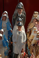 Venta de imágenes religiosas durante la Semana Santa. En la foto, estatuas de la Virgen María y el Venerable José Gregorio Hernández. 05-04-07 (Ramón Lepage / Orinoquiaphoto)  Sale of religious images during the Easter Week. In the photo, statues of the Virgin Mary and the Venerable José Gregorio Hernández. 05-04-07 (Ramon Lepage / Orinoquiaphoto)