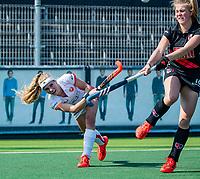 AMSTELVEEN - Yibbi Jansen (OR) met rechts Floor de Haan (A'dam)    tijdens de hoofdklasse competitiewedstrijd hockey dames,  Amsterdam-Oranje Rood (5-2). COPYRIGHT KOEN SUYK