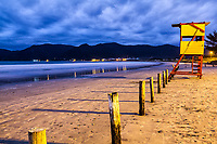 Posto de salva vidas na Praia do Pântano do Sul ao anoitecer. Florianópolis, Santa Catarina, Brasil. / Lifeguard station at Pantano do Sul Beach at evening. Florianopolis, Santa Catarina, Brazil.
