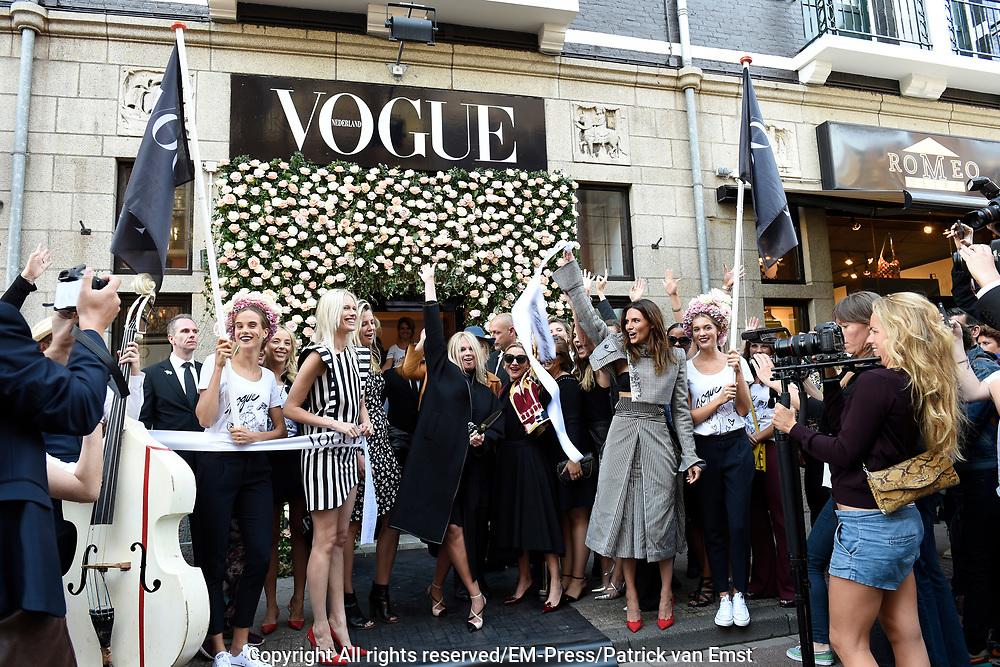 Vogue Fashion's Night Out. Op dit evenement blijven deelnemende winkels extra lang open met instore feestjes, customized ontwerpen, unieke optredens en natuurlijk veel champagne. De naar verwachting 25.000 bezoekers worden dit jaar extra getrakteerd met een exclusieve signeersessie met Viktor &amp; Rolf.<br /> <br /> Op de foto:  hoofdredacteur VOGUE Karin Swerink komt aan in een parade en Opent VOGUE Store