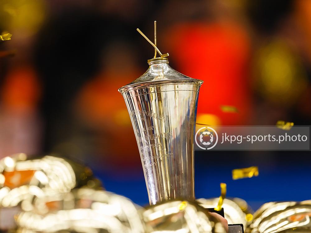 Icehockey Swdish championship final V&auml;xj&ouml; - Skellefte&aring;.<br /> Spelarna i V&auml;xj&ouml; Lakers Hockey lyfter pokalen inf&ouml;r supportrarna/publiken.<br /> &copy; Daniel Malmberg/All Over Press