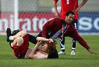 Fussball International U 20 WM  Chile vs Kongo Ein Sicherheitsmann stoppt einen Flitzer auf dem Spielfeld des Commonwealth Stadiums.