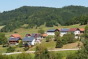 Häuser mit Solardächern, Bayerischer Wald, Bayern, Deutschland   houses with solar cells, Bavarian Forest, Bavaria, Germany