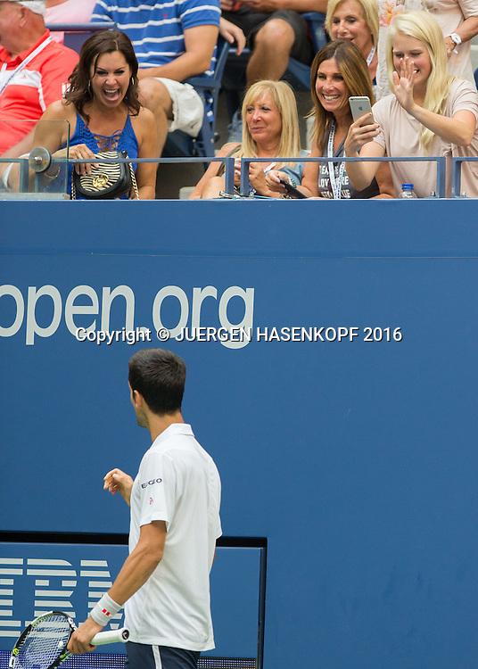 NOVAK DJOKOVIC (SRB) amuesiert sich mit den Zuschauern waehrend einer Verletzungspause seines Gegners,<br /> <br /> Tennis - US Open 2016 - Grand Slam ITF / ATP / WTA -  USTA Billie Jean King National Tennis Center - New York - New York - USA  - 2 September 2016.