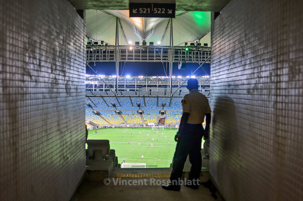 "Security agent. Reopening and test of the new Maracanã: construction workers and their families are invited to a meeting of retired players' friends of Ronaldo versus friends of Bebeto "". The stadium is tested at a third of its capacity."