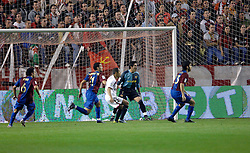 03-03-2007 VOETBAL: SEVILLA FC - BARCELONA: SEVILLA  <br /> Sevilla wint de topper met Barcelona met 2-1 / Xavi, Valdes,  Kanoute, Zambrotta en Oleguer - boarding unibet.com<br /> ©2006-WWW.FOTOHOOGENDOORN.NL