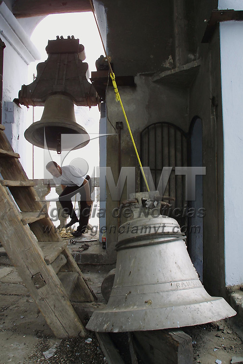 Toluca, M&eacute;x.- Don Alvaro Valdez de oficio alba&ntilde;il y pintor trabaja desde hace 40 a&ntilde;os en la iglesia del Carmen de esta ciudad, en la grafica remodela la estructura del campanario y ajusta las campanas que datan del a&ntilde;o 1860. Agencia MVT / Mario V&aacute;zquez de la Torre. (DIGITAL)<br /> <br /> NO ARCHIVAR - NO ARCHIVE