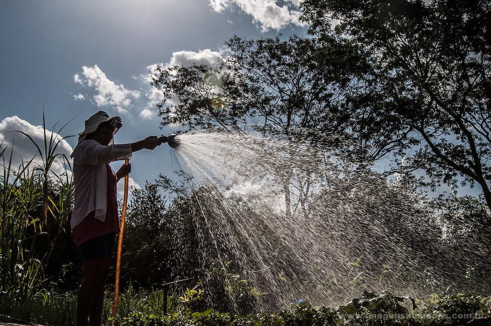 Comunidade Curral Velho. Na propriedade de Edna e Valmir existem diversas tecnologias socias de convivência com a seca, como poços e cisternas. A produção orgânica de hortaliças e legumes é vendida para o Programa de Aquisição de Alimentos e também na comunidade.