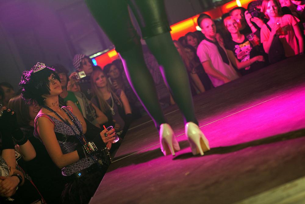 Besucher der MeetFactory im Prager Stadtteil Smichov betrachten eine Modenschau während einer Abendveranstaltung mit Kunst und Live Musik.