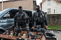 Membres du RAID en tenue d'intervention<br /> Monsieur Bernard Cazeneuve, ministre de l'interieur, s'est rendu a Lyon, a l'Ecole Nationale Superieure de la Police afin de presenter ses voeux.A cet occasion il a visite les differents ateliers sur les capacites en cas d'intervention de la BAC, de la BRI, du RAID et de la PJ, sans oublier le CONSTOX, unite specialisee de constatation toxique de la police judiciaire.Il etait accompagn&eacute; du directeur general de la police nationale ainsi que de Michel Delpuech, Prefet de la region.