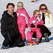 AUD/Lech/20110219 - Fotosessie Nederlandse Koninklijke Familie 2011 op wintersport in Lech, Friso en partner Mabel en kinderen Luana, Zaria