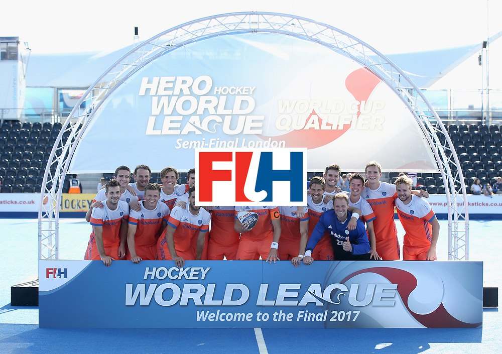 LONDON, ENGLAND - JUNE 25:  Netherlands players pose with the trophy after the final match between Argentina and the Netherlands on day nine of the Hero Hockey World League Semi-Final at Lee Valley Hockey and Tennis Centre on June 25, 2017 in London, England.  (Photo by Steve Bardens/Getty Images)