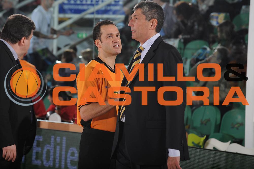 DESCRIZIONE : Avellino Final 8 Coppa Italia 2010 Quarto di Finale Montepaschi Siena Sigma Coatings Montegranaro<br /> GIOCATORE : Arbitro Sahin Fabrizio Frates<br /> SQUADRA : <br /> EVENTO : Final 8 Coppa Italia 2010 <br /> GARA : Montepaschi Siena Sigma Coatings Montegranaro<br /> DATA : 19/02/2010<br /> CATEGORIA : referee ritratto fair play<br /> SPORT : Pallacanestro <br /> AUTORE : Agenzia Ciamillo-Castoria/GiulioCiamillo<br /> Galleria : Lega Basket A 2009-2010 <br /> Fotonotizia : Avellino Final 8 Coppa Italia 2010 Quarto di Finale Montepaschi Siena Sigma Coatings Montegranaro<br /> Predefinita :