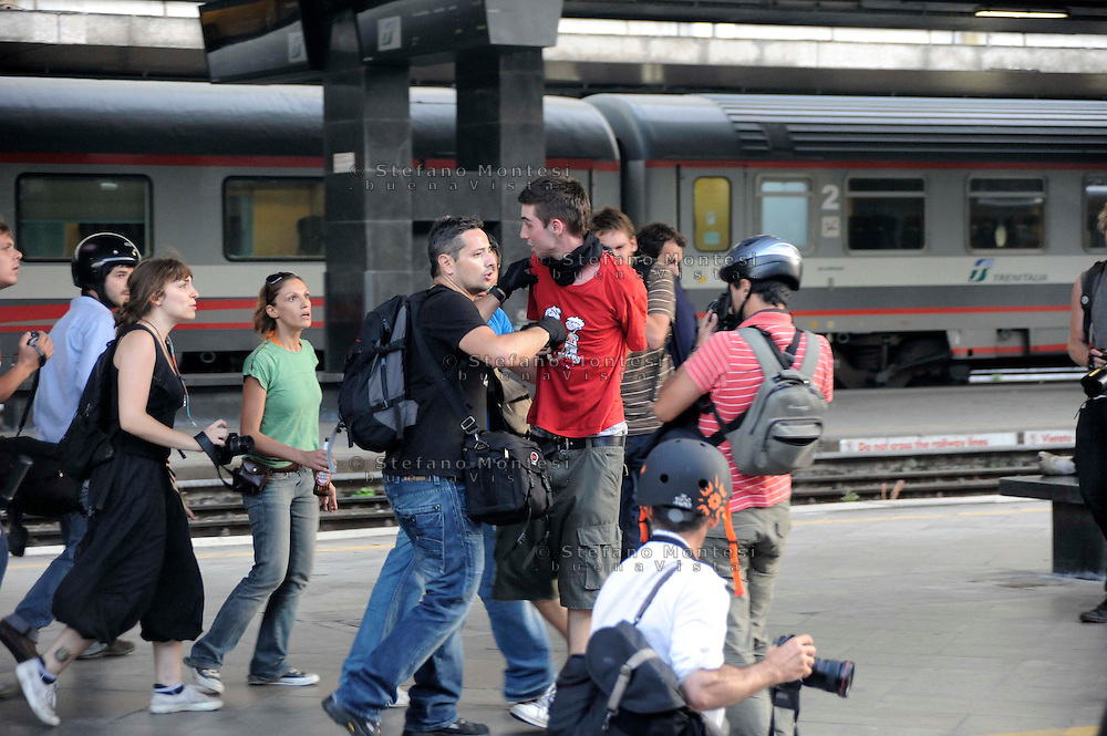 Roma 7 Luglio 2009.Manifestanti bloccano i binari della Stazione Termini per protestare contro il G8.Manifestante fermato dalla polizia.Protesters blocking the tracks of the Termini Station to protest against G8.Demonstrator stopped by police.