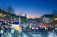 Nederland, Dokkum, 19970104..De Elfstedentocht in januari 1997 in Friesland..Schaatsers rijden door Dokkum, het keerpunt. Mensen staan te kijken naar de schaatsers die voorbij komen. 6000 schaatsers en meer dan een miljoen toeschouwers..Onder de schaduw van de windmolen in Dokkum staan honderden toeschouwers naar de schaatsers te kijken..The Elfstedentocht is a speed skating competition and leisure skating tour in the province of Friesland in the Netherlands..6.000 skaters and over a million spectators were present. The route takes the skaters through eleven cities in Frisia, in the North of Holland. 200 kilometre race along the frozen canals of Friesland..Under the shadow of the windmill in Dokkum. Hundreds of spectators watching the skaters.