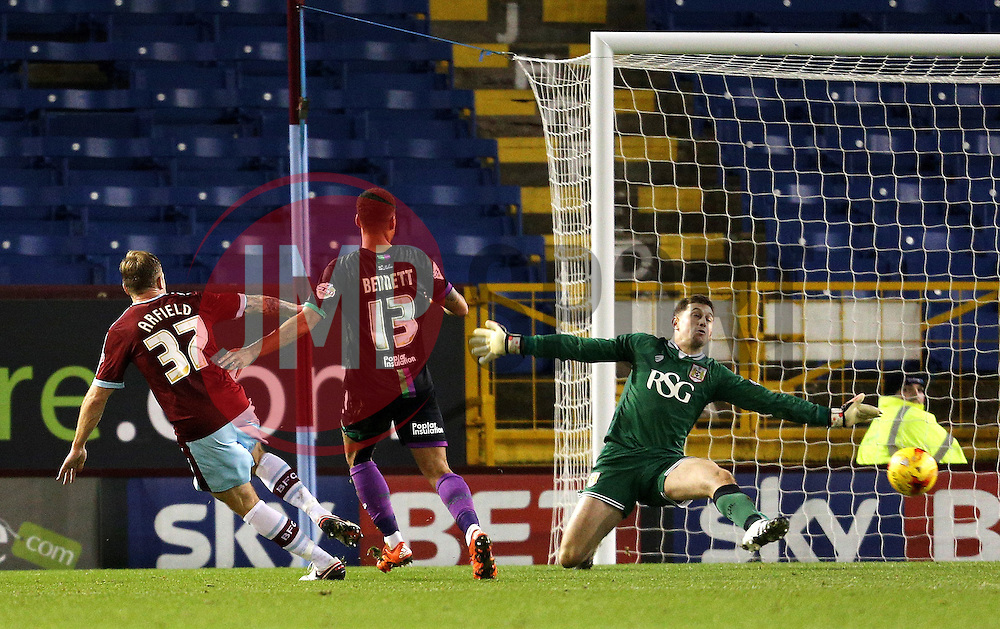 Burnley's Scott Arfield scores a goal to make it 3-0  - Mandatory byline: Matt McNulty/JMP - 07966 386802 - 28/12/2015 - FOOTBALL - Turf Moor - Burnely, England - Burnley v Bristol City - Sky Bet Championship