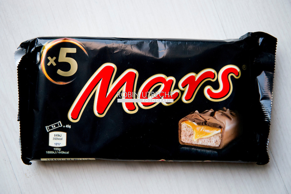 ROTTERDAm - Mars Nederland haalt met een omvangrijke actie repen terug uit de winkels en snoepautomaten in het hele land. In een reep in Duitsland zijn stukjes plastic aangetroffen. Niet alleen Marsrepen, maar ook Snickers, Milky Way Mini, Celebrations en Mini Mix worden uit eigen beweging teruggeroepen. COPYRIGHT ROBIN UTRECHT