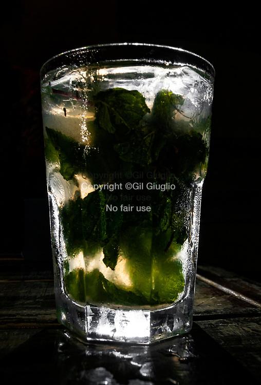 Cuba, La Havane, verre de mojito dans bar de la vieille ville : Habana Centro // Cuba, Havana, glasse of mojito in bar of old town: Habana Centro