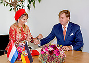 Zijne Majesteit Koning Willem-Alexander en Hare Majesteit Koningin Máxima brengen een werkbezoek aan de Duitse deelstaten Rijnland-Palts en Saarland.<br /> <br /> His Majesty King Willem-Alexander and Her Majesty Queen Máxima paid a working visit to the German federal states of Rhineland-Palatinate and Saarland.<br /> <br /> op de foto / On the Photo: Aankomst bij de Staatskanselarij Saarland en begroeting door ministerpresident Tobias Hans en echtgenote Tanja Hans.<br /> <br /> Arrival at the Staatskanselarij Saarland and greeting by Prime Minister Tobias Hans and wife Tanja Hans.