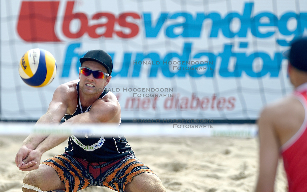 17-07-2014 NED: FIVB Grand Slam Beach Volleybal, Apeldoorn<br /> Poule fase groep A mannen - Chaim Schalk CAN