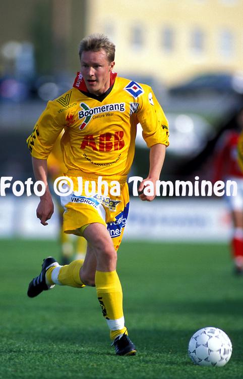 09.07.2000, Pori, Finland. .Veikkausliiga / Finnish National Championship, FC Jazz Pori v Vaasan Palloseura. .Ville Priha (VPS)..©JUHA TAMMINEN