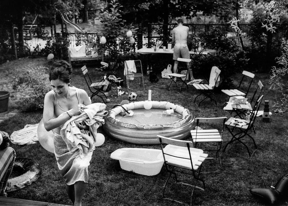 DEU Deutschland Germany Berlin Ende eines Kindergeburtstages in einem Garten in Berlin MItte.