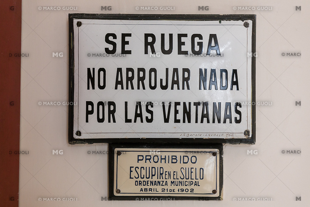 INTERIORES DE PALACIO BAROLO, CARTEL SE RUEGA NO ARROJAR NADA POR LAS VENTANAS Y PROHIBIDO ESCUPIR EN EL SUELO, BARRIO DE MONSERRAT, CIUDAD AUTONOMA DE BUENOS AIRES, ARGENTINA (PHOTO BY © MARCO GUOLI - ALL RIGHTS RESERVED. CONTACT THE AUTHOR FOR IMAGE REPRODUCTION)