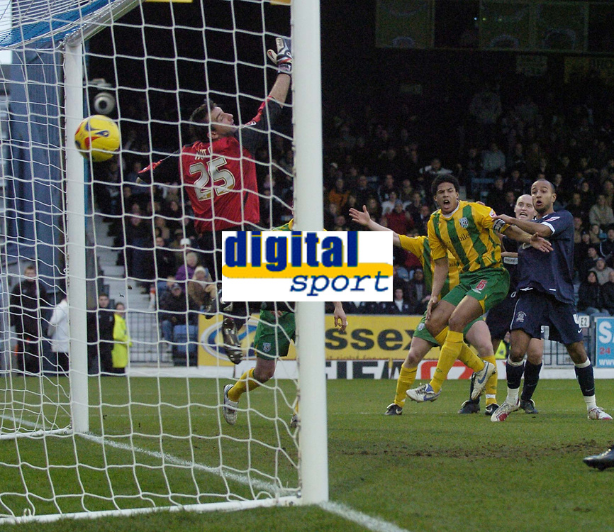 Photo: Olly Greenwood.<br />Southend United v West Bromwich Albion. Coca Cola Championship. 01/01/2007. Southend's Lewis Hunt heads to score
