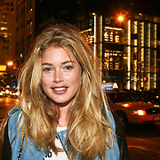 USA/New York/20090910 - Topmodel Doutzen Kroes winkelend op 6th Aveneue in New York tijdens de new York fashionweek