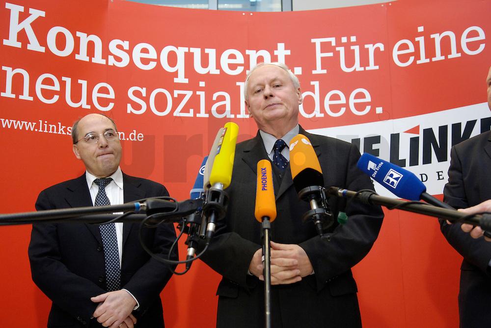 07 FEB 2006, BERLIN/GERMANY:<br /> Gregor Gysi (L), Die Linke Frakionsvorsitzender, und Oskar Lafontaine (R), Die Linke Fraktionsvorsitzender, waehrend einem Pressestatement, vor Beginn der Fraktionssitzung, Deutscher Bundestag<br /> IMAGE: 20060207-01-001<br /> KEYWORDS: Mikrofon, microphone
