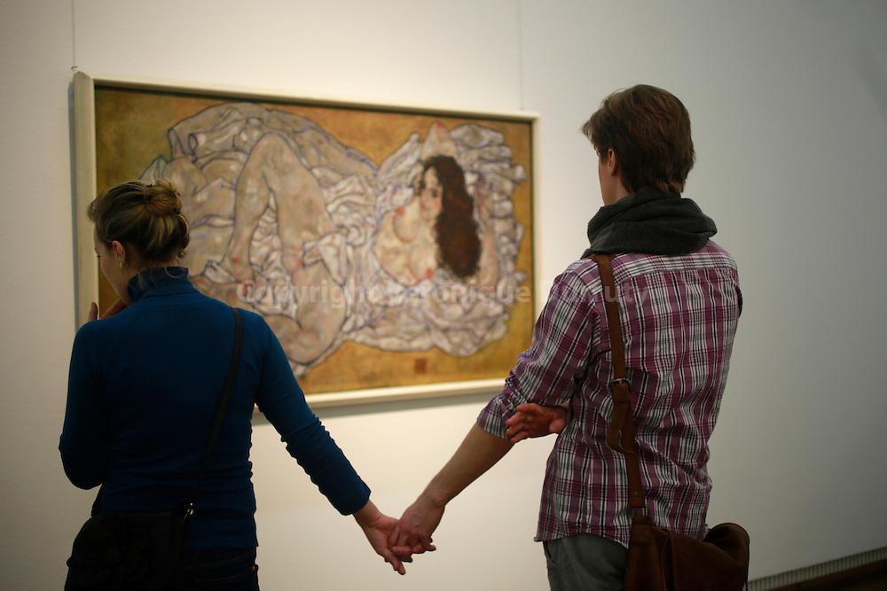 Leopold Museum, Vienna, Austria // Couple de jeunes admirant un tableau de Egon Shiele, Musee Leopold, Vienne, Autriche