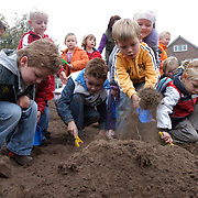 NLD/Huizen/20051005 - Leerlingen van de van de Brugghenschool Huizen scheppen in de grond als start van de nieuwbouw