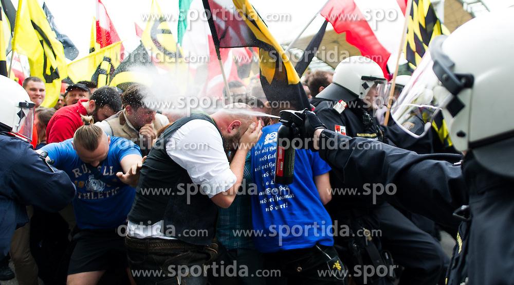 """11.06.2016, Wien, AUT, Demonstration der Identitären Bewegung Österreich mit diversen Gegendemonstrationen. im Bild Polizist setzt Pfefferspray gegen Identitären ein // police officer uses pepper spray against Identitarian movement during demonstration of the right group """"Identitaeren"""" and left-wing counter demonstrations in Vienna, Austria on 2016/06/11. EXPA Pictures © 2016, PhotoCredit: EXPA/ Michael Gruber"""