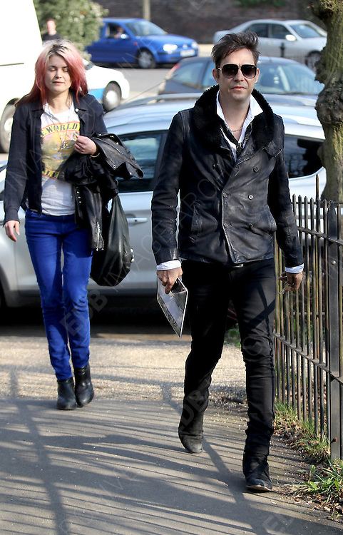 21.MARCH.2012. LONDON<br /> <br /> JAMIE HINCE AND ALISON MOSSHART IN HAMPSTEAD, LONDON<br /> <br /> BYLINE: EDBIMAGEARCHIVE.COM<br /> <br /> *THIS IMAGE IS STRICTLY FOR UK NEWSPAPERS AND MAGAZINES ONLY*<br /> *FOR WORLD WIDE SALES AND WEB USE PLEASE CONTACT EDBIMAGEARCHIVE - 0208 954 5968*