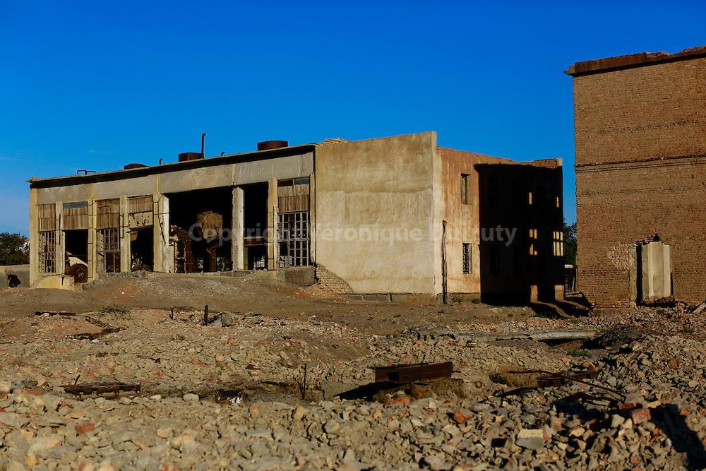 La ville de Moynek etait il y a une generation un port de pêche actif sur les rivages de la mer d'Aral. Elle se situe maintenant à plusieurs heures de 4x4 de son rivage, et a perdu la quasi totalité de ses 60 000 habitants. Elle a une allure de ville fantôme. Ici, la conserverie abaandonnée, faute de poisson... // abandonned fish fabric at Moynak, formerly an active fish harbour along the Aral sea and today hours from the sea side. Karakalpakstan, Uzbekistan