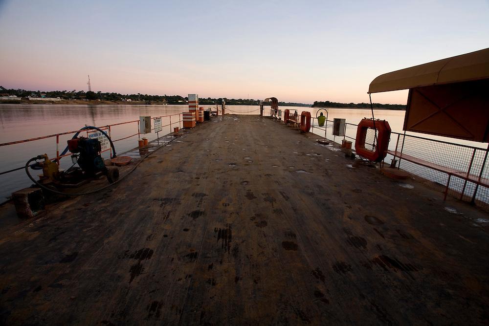 Sao Romao_MG, Brasil...Rio Sao Francisco, o rio da integracao nacional. Na foto, balsa...The Sao Francisco river, It is an important river for Brazil, called the river of national integration. In this photo, a ferry boat...Foto: LEO DRUMOND / NITRO