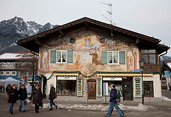 04.02.2011, Garmisch Partenkirchen, GER, FIS Alpine World Championships Garmisch Partenkirchen, Vorberichte, im Bild Preview images for the 2011 Alpine skiing World Championships. Tourists walk past a shop in the town centre, EXPA Pictures © 2011, PhotoCredit: EXPA/ M. Gunn