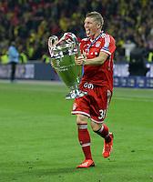 FUSSBALL  CHAMPIONS LEAGUE  SAISON 2012/2013  FINALE  Borussia Dortmund - FC Bayern Muenchen         25.05.2013 Champions League Sieger 2013 FC Bayern Muenchen: Bastian Schweinsteiger (FC Bayern Muenchen) jubelt mit dem Pokal