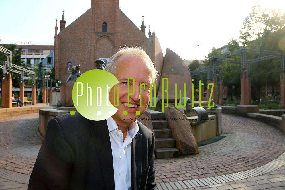 Ludwigshafen. 25.08.17 | Dr. Peter Uebel.<br /> Innenstadt. Lutherplatz. Kandidat der CDU zur Oberb&uuml;rgermeisterwahl in Ludwigshafen Dr. Peter Uebel.<br /> <br /> <br /> BILD- ID 1011 |<br /> Bild: Markus Prosswitz 25AUG17 / masterpress (Bild ist honorarpflichtig - No Model Release!)