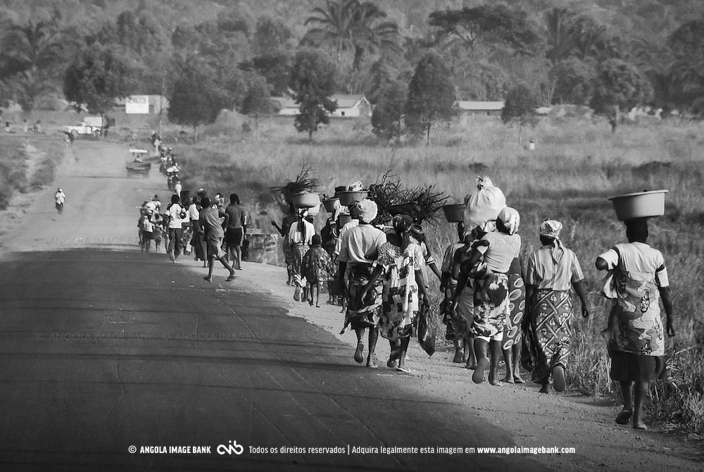 A caminhar de regresso para a cidade. Waku Kungo, Angola. 2007