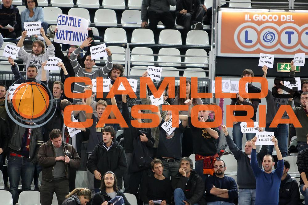DESCRIZIONE : Roma Eurolega 2009-10 Lottomatica Roma CSKA Moscow<br /> GIOCATORE : Nando Gentile<br /> SQUADRA : Lottomatica Virtus Roma<br /> EVENTO : Eurolega 2009-2010<br /> GARA : Lottomatica Virtus Roma CSKA Moscow<br /> DATA : 10/12/2009<br /> CATEGORIA : tifo fan supporter contestazione tifosi<br /> SPORT : Pallacanestro<br /> AUTORE : Agenzia Ciamillo-Castoria/E.Castoria<br /> Galleria : Eurolega 2009-2010<br /> Fotonotizia : Roma Eurolega 2009-10 Lottomatica Virtus Roma CSKA Moscow<br /> Predefinita :