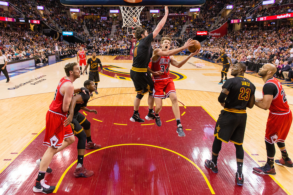 CLEVELAND, OH - FEBRUARY 18: Mike Dunleavy #34 of the Chicago Bulls shoots over Kevin Love #0 of the Cleveland Cavaliers during the first half at Quicken Loans Arena on February 18, 2016 in Cleveland, Ohio. NOTE TO USER: User expressly acknowledges and agrees that, by downloading and/or using this photograph, user is consenting to the terms and conditions of the Getty Images License Agreement. Mandatory copyright notice. (Photo by Jason Miller/Getty Images) *** Local Caption ***Mike Dunleavy; Kevin Love