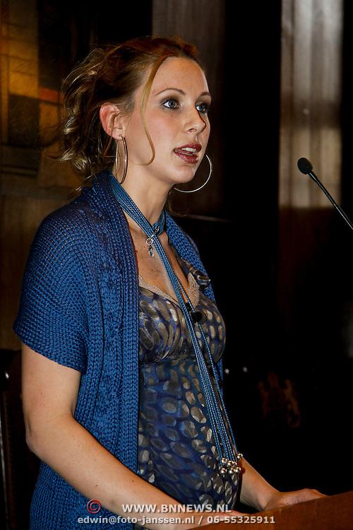 NLD/Amsterdam/20100328 - Veiling voor Engelen van Oranje, Lonneke Rotmans partner van Stijn Schaars schiet vol bij de gedachten aan de kinderen in Kenia