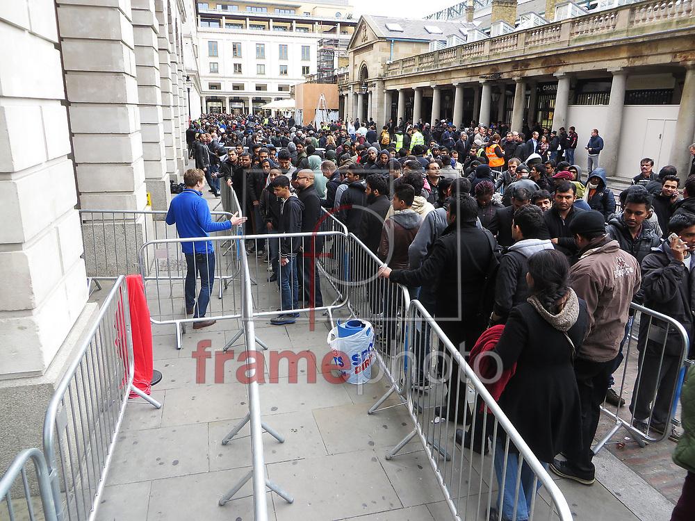 *BRAZIL ONLY *ATENÇÃO EDITOR, IMAGEM EMBARGADA PARA VEÍCULOS INTERNACIONAIS* wenn20683175 - Londres, Inglaterra - 20//09/2013 - uma grande fila se formou fora da Apple em Covent Garden, na capital inglesa, a espera do início das vendas no país do novo iPhone 5S. Com a grande demanda, o estoque da loja se esgotou cerca de uma hora e meia após o início das vendas. Foto: Chris Saxon/Wenn/Frame
