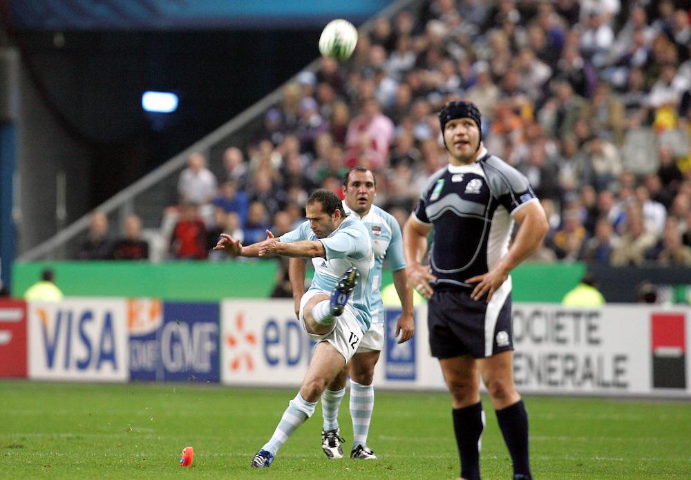 Felipe Contepomi kicks a penalty for Argentina. Argentina v Scotland (19 - 13) Stade de France, St Dennis, 07/10/2007, Quarter Final Match 44. Rugby World Cup 2007..