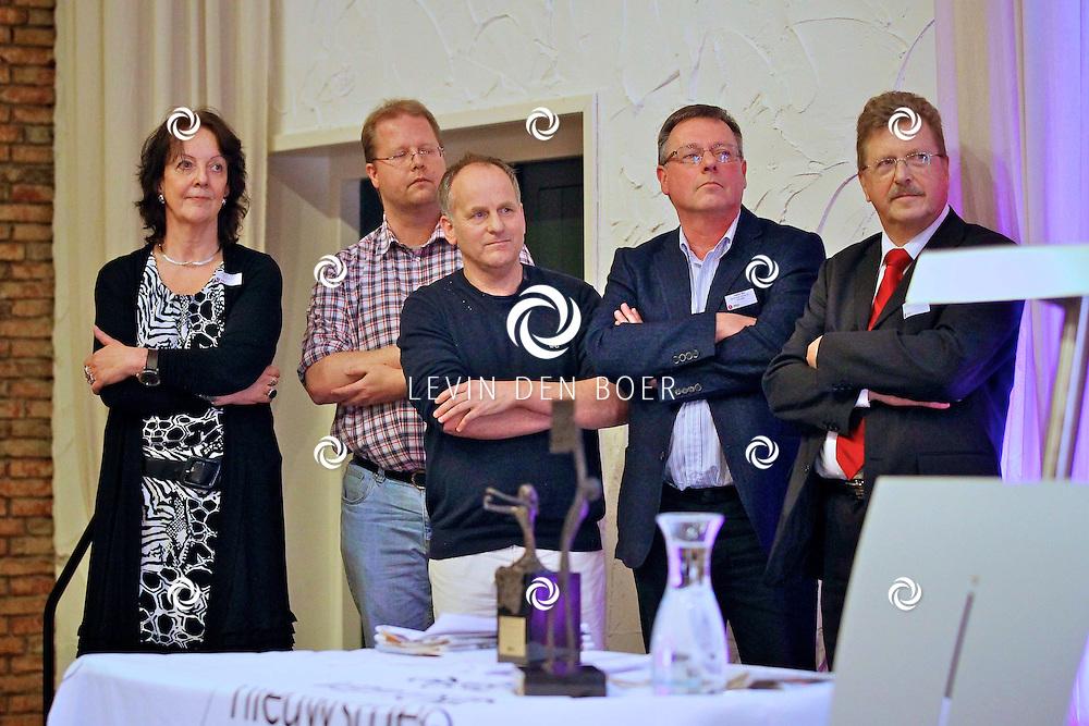 VOORTHUIZEN - De jaarlijkse NNP dag is weer gehouden in het sjieke Edda Huzid.  Met op de foto Dick Aanen en Andre Bijl die de Prijs voor de Nieuwsbladjournalistiek 2012 in de wacht sleepte. FOTO LEVIN DEN BOER - PERSFOTO.NU